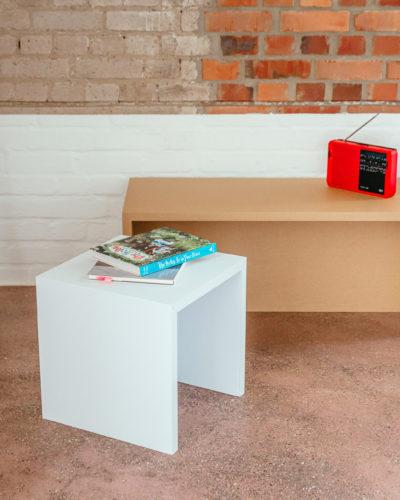 papphocker-pappbank-cardboard-stool-bench-brown-white-wohnzimmer-living-room